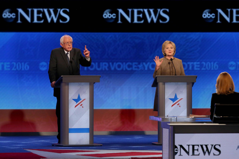 Hai ứng cử viên Bernie Sanders và Hillary Clinton trong cuộc tranh luận tại bang New Hampshire 19/12/2015.
