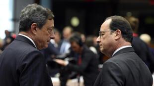 François Hollande (droite) en pleine discussion avec le président de la BCE Mario Draghi à Bruxelles, le 25 juin 2015.