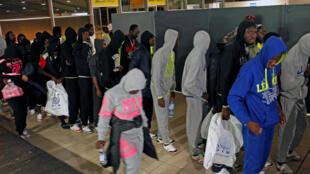 Migrants ivoiriens rapatriés de Libye à leur arrivée à l'aéroport d'Abidjan, lundi 20 novembre 2017.