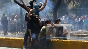 Manifestantes anti gobierno durante los enfrentamientos con la policía en Caracas, 12 de marzo de 2014.