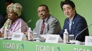 Japan's Prime Minister Shinzo Abe (R), Ethiopia's Prime Minister and Fifth TICAD Chairman Hailemariam Desalegn (C) and African Union Commission Chairperson Nkosazana Dlamini-Zuma (L),  at the Fifth Tokyo International Conference on African Development
