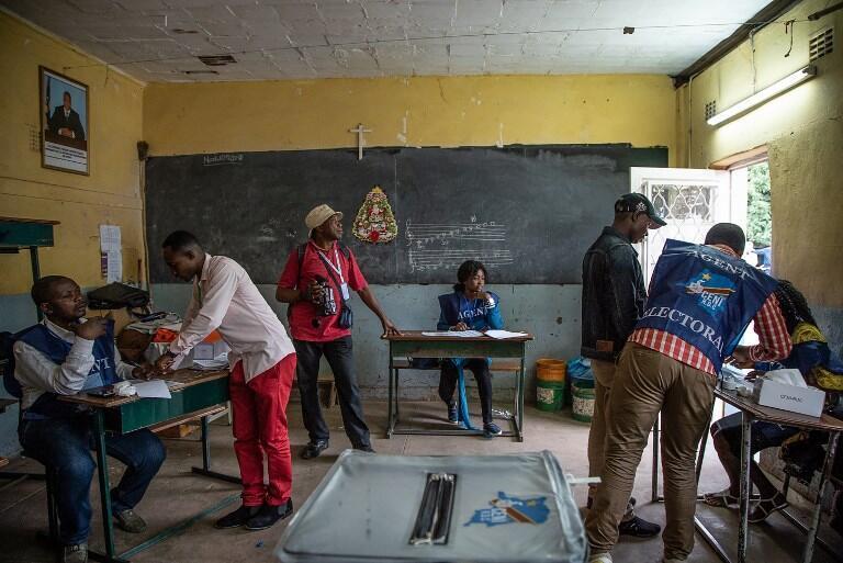 Les électeurs et les agents de la Commission électorale nationale indépendante (Céni) sont reçus dans un bureau de vote du collège Imara à Lubumbashi, dans la province du Haut-Katanga, le 30 décembre 2018, lors de l'élection présidentielle.