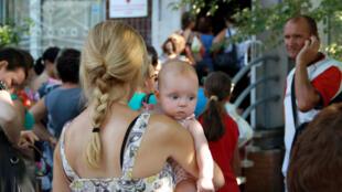 Người dân Donbass, miền đông Ukraina đến nhận hàng cứu trợ do cộng đồng người Việt tại Kiev quyên góp.