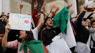 សិស្សនិងនិស្សិត នាំគ្នាធ្វើបាតុកម្មប្រឆាំងការឈរឈ្មោះជាប្រធានាធិបតីរបស់លោក Bouteflika ជាលើកទី៥ នៅក្រុងអាល់ហ្សេ