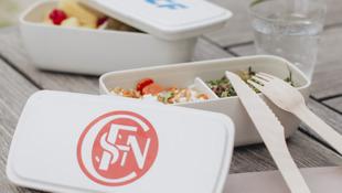 Des boîtes à bento arobrant l'ancien logo de la Société Nationale des Chemins de Fer, en vente sur la boutique magasingrandtrain mise en place pour les 80 ans /