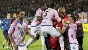 Os jogadores do Evian celebram a vitória contra o PSG, em 17 de abril de 2013.