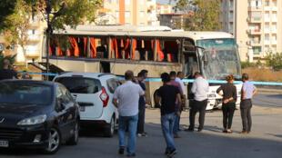 Сотрудники полиции в штатском у автобуса, взорвавшегося в турецком Измире утром в четверг, 31 августа.