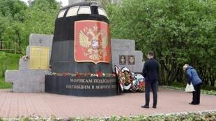 После катастрофы С-31 в Мурманске у памятника «Морякам, погибшим в мирное время» появились новые цветы. Памятник — фрагмент рубки АПЛ «Курск», 3 июля 2019