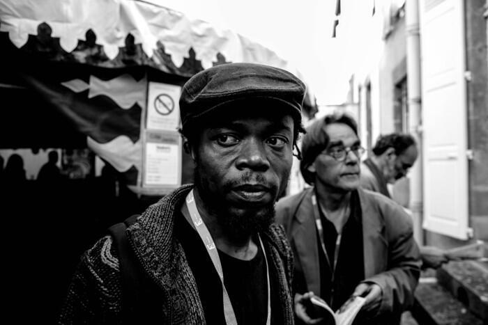 Julien Mabiala Bissila, ici aux Francophonies en Limousin, témoigne de la difficulté qu'il a eue à mettre en scène au théâtre son texte centré sur le procès des « disparus du Beach » pendant la guerre civile de 1997 au Congo-Brazzaville.