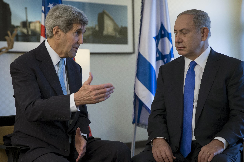 Thủ tướng Israel Netanyahu (phải) và Ngoại trưởng Mỹ Kerry tại Berlin ngày 22/10/2015.
