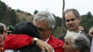 O presidente Sebastián Piñera conforta moradores de Constitución, uma das regiões mais atingidas pelo terremoto.