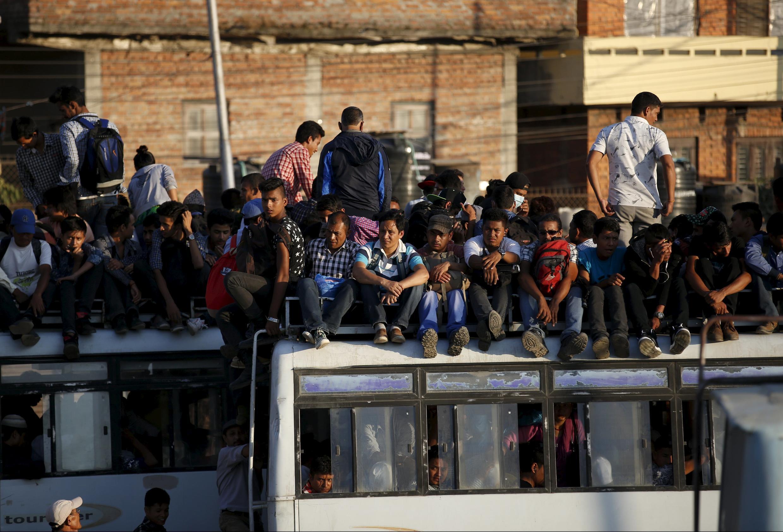 Le manque d'approvisionnement en essence est en train de paralyser le Népal : les transports publics, notamment les bus, sont limités, la circulation des ambulances pourrait même être affectée.