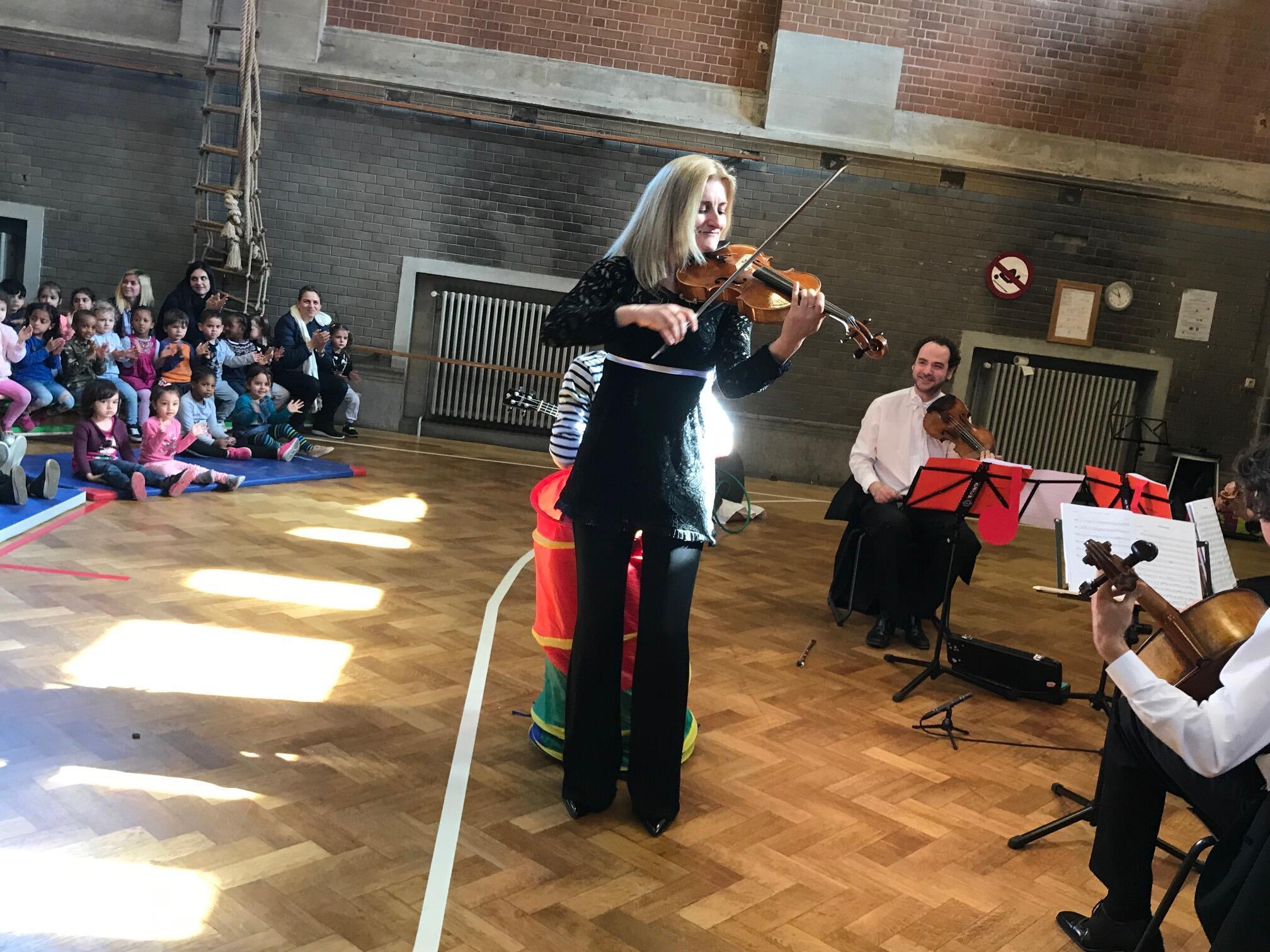 Altiste au sein de l'orchestre royal de chambre de Wallonie, Kela Canka se produit parfois aussi dans une école.