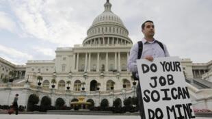 Funcionário público americano protesta em frente ao Capitólio, em Washington.