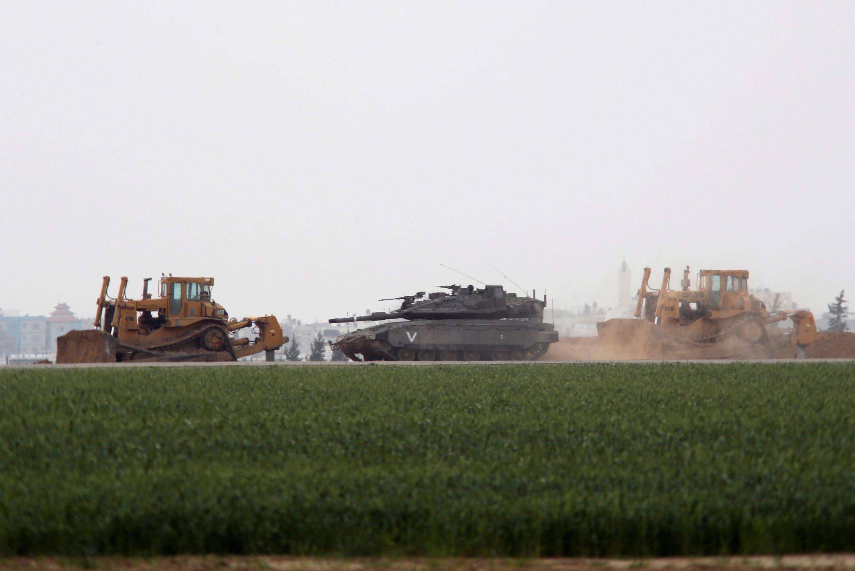 Chiến xa và xe ủi Israel mở chiến dịch tấn công Hamas tại dải Gaza, ngày 17/02/2018.
