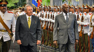 Le leader cubain Raul Castro recevant le président angolais José Eduardo dos Santos à La Havane, le 18 juin 2014.