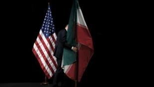 پرچم های ایران و آمریکا بمناسبت دیدار میان هیئت های دو کشور - عکس آرشیو