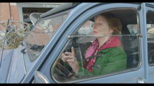 La juge belge Anne Gruwe au volant de sa 2CV dans les rues de Bruxelles, actrice principale du documentaire de Strip-Tease.