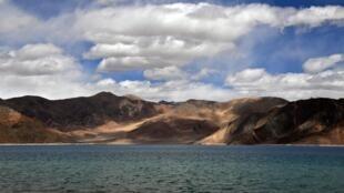 Le lac Pangong qui sépare l'Inde et la Chine.