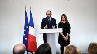 """法国总理府马提翁宫举行""""反家暴官民大讨论""""结束仪式,总理菲利普在性别平等国务秘书的陪同下,发表了有关家暴的演讲。"""