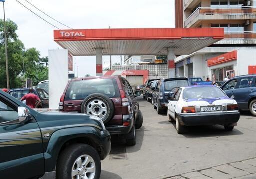 Au Gabon, les pompes dans les stations-service sont sèches à cause de la grève des employés du secteur pétrolier. (Photo: station-service à Libreville, au Gabon).