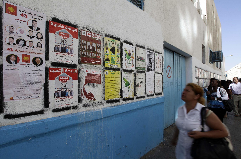 Les affiches des différents partis en lice pour les législatives, à Tunis le 23 octobre 2014.