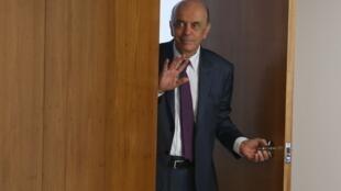 O ministro das Relações Exteriores, José Serra, apresentou sua renúncia nesta quarta-feira (22).