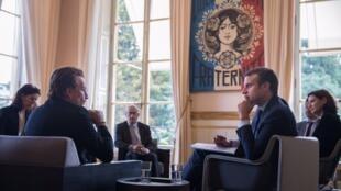 Bono e Macron se reúnem no Palácio do Eliseu