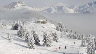 法国阿尔卑斯山区滑雪胜地霞慕尼