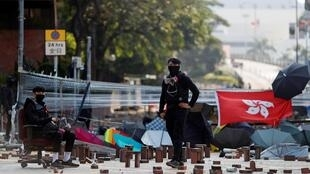 Sin viên chiếm đóng cổng trường đại học Bách Khoa Hồng Kông, ngày 15/11/2019.