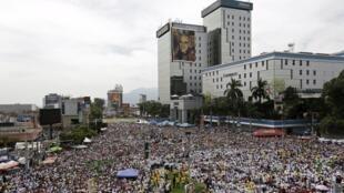 Des milliers de catholiques réunis pour assister à la béatification de Mgr Romero, le 23 mai à San Salvador.