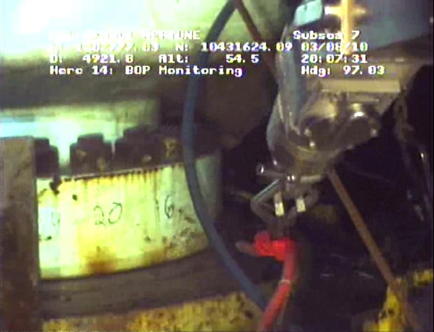 Foto de câmera mostrando as operações de injeção de lama para vedar o poço de vazamento de petróleo no Golfo do México.