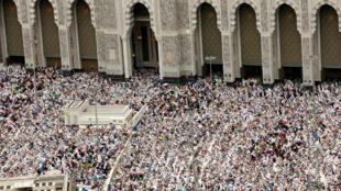 Người hành hương cầu nguyện tại Đại Giáo Đường ở Mecca (Ả Rập Xê Út) nhân ngày lễ Thứ Sáu 09/09/2016.