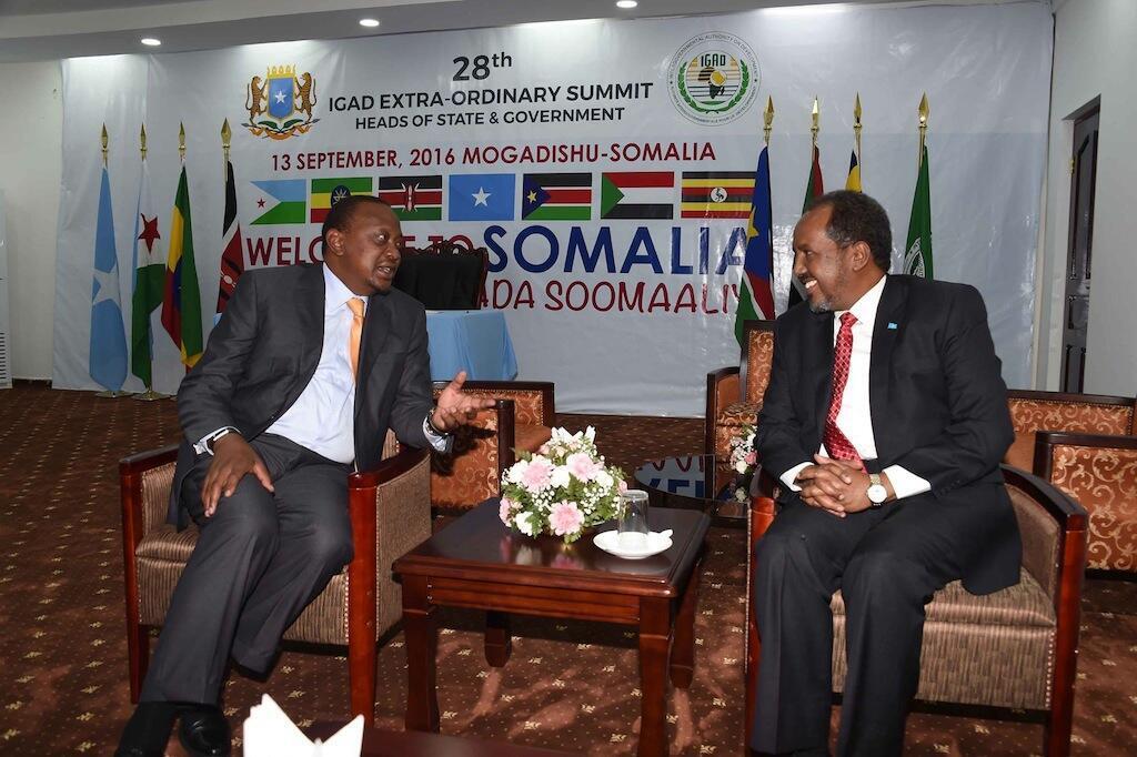 Rais wa Kenya kushoto akiwa na rais wa Somalia Hassan Sheikh Mohamoud  mjini Mogadishu