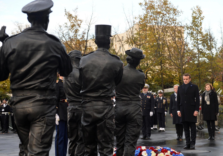 Presidente francês Emmanuel Macron perante o monumento aos combatentes mortos no estrangeiro a 11 de Novembro de 2019 em Paris.