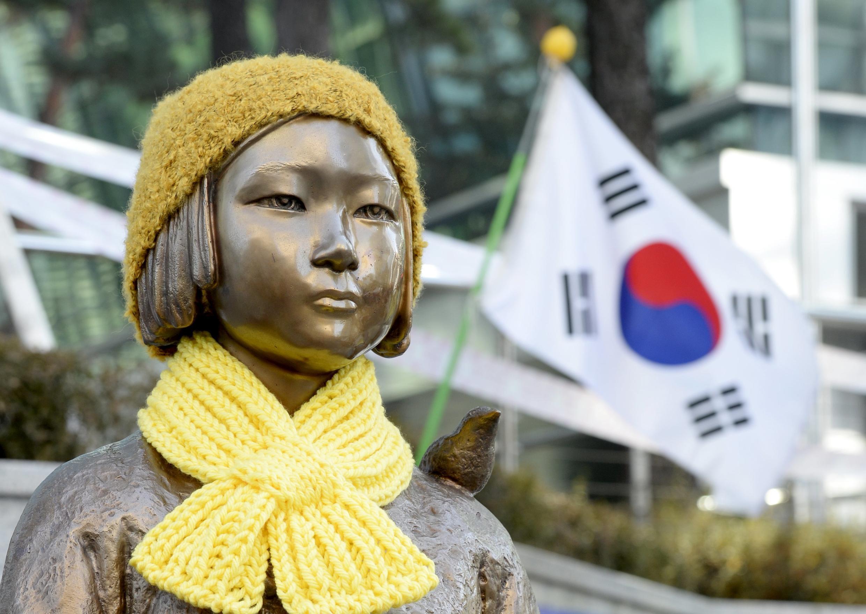 資料圖片:2015年12月28日韓國抗議民眾擺放在日本駐韓使館門前的慰安婦紀年雕像。
