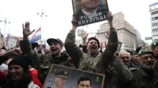 Pessoas celebram, em Zagreb, o veredicto do Tribunal Internacional pela ex-Iugoslávia, que inocentou dois ex-generais croatas considerados heróis da independência, nesta sexta-feira (16).