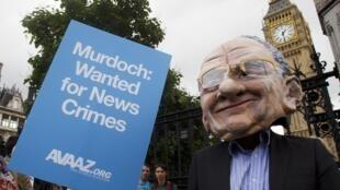 Những người biểu tình trước nghị viện Anh phản đối ông Murdoch về vụ xì-căng-đan News Of The World ngày 19/7/11.