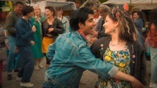 Nell Williams et Viveik Kalra dans « Music of my life », réalisé par Gurinder Chadha.