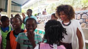 La ministre française des Sports Laura Flessel échange avec des enfants lors d'une séance de sport animée par Play International, à Kigali, le 16 février 2018.