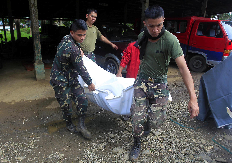 菲律賓軍人擡着一具平民屍體 2017年5月27日周六 棉蘭老島馬拉威