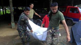菲律宾军人抬着一具平民尸体 2017年5月27日周六 棉兰老岛马拉威