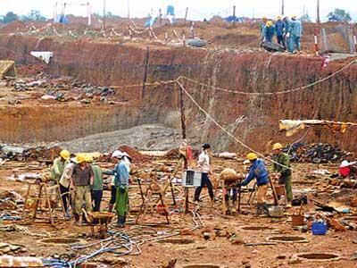 Công nhân làm việc tại mỏ khai thác bauxite Tân Rai (Reuters)