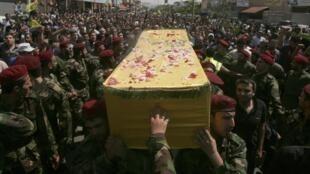 Những người ủng hộ Hezbollah ở Beirut dự đám tang của một binh sĩ phe này tử thương tại chiến trường Syria, ngày 26/05/2013.