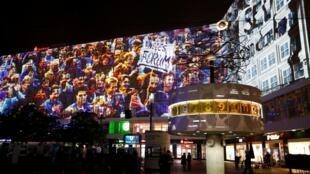 2019年11月3日,纪念柏林墙倒塌的视频录像在德国柏林亚历山大广场的3D视频投影仪彩排.