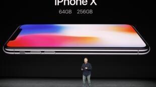 Le vice-président marketing d'Apple, Phil Schiller, lors de la présentation de l'iPhone X à Cupertino, Californie, le 12 septembre 2017.