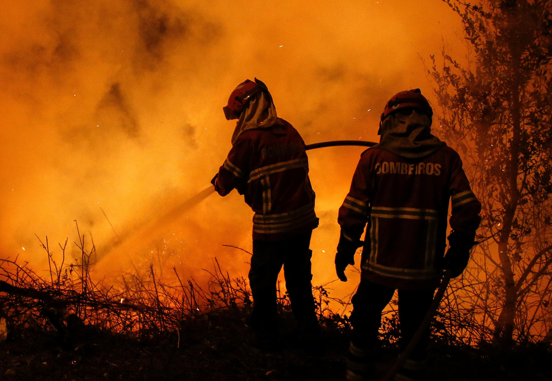 Bombeiros continuaram mobilizados na noite deste 16 de Outubro na zona da Lousã, no centro de Portugal.