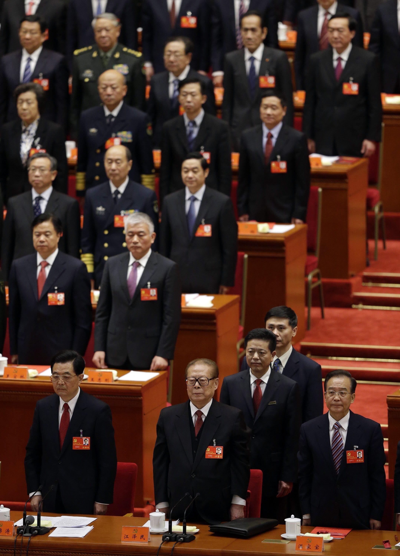 De gauche à droite : Hu Jintao, Jiang Zemin et Wen Jiabao, débout, alors que résonne «l'Internationale» lors de cette fin du 18e Congrès du Parti communiste chinois.