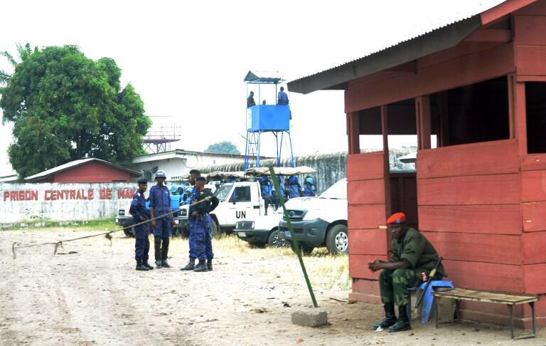 Des policiers congolais et des soldats de l'ONU montent la garde après la mutinerie, à la prison de Makala à Kinshasa, le 2 juillet 2013.