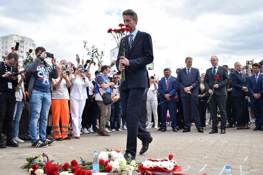 Посол Франции в Беларуси Дидье Канес возлагает цветы к месту гибели демонстранта